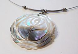 Gyönyörű faragott kagyló medálos nyaklánc ezüst díszekkel